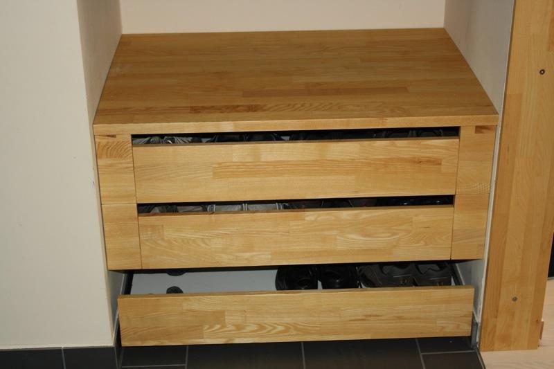 in eine nische eingepasste garderobe. Black Bedroom Furniture Sets. Home Design Ideas